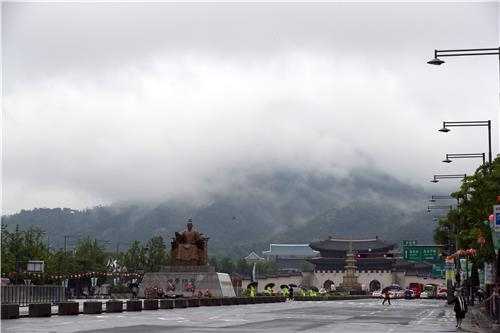 경복궁 뒤 북악산에도 구름이 걸려 있네요 / 박동주