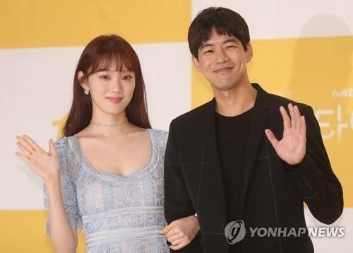 """'어바웃타임' 이상윤-이성경 """"9살 나이차 걱정마세요""""(종합)"""
