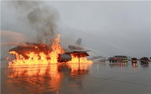 항공기 화재진압훈련 / 서명곤