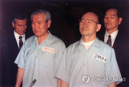 '12·12 및 5·18 사건' 선고공판에 피고인으로 선 전두환(오른쪽), 노태우 전 대통
