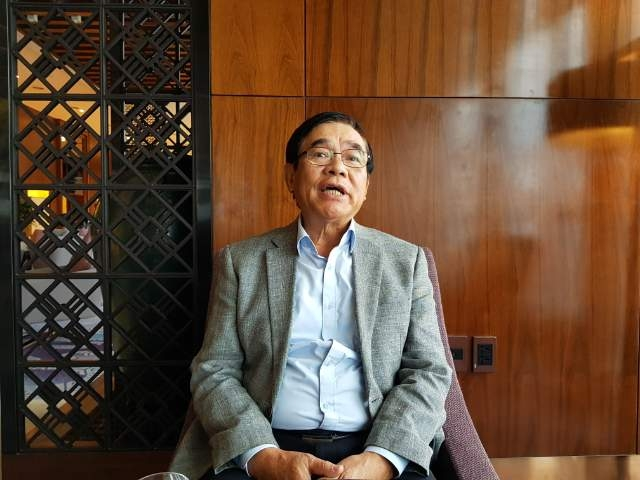 인터뷰하는 팜 띠엔 번 베트남 종신 대사