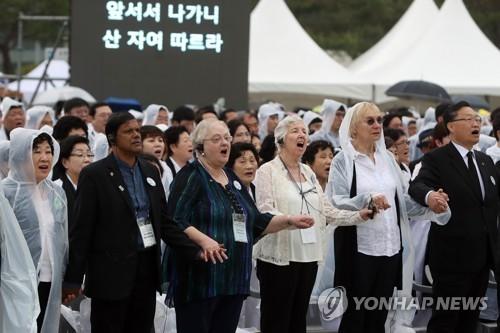 '님을 위한 행진곡' 제창하는 푸른 눈의 목격자들