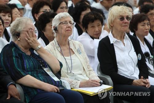 5·18 기념식서 눈물 흘리는 푸른 눈의 목격자들