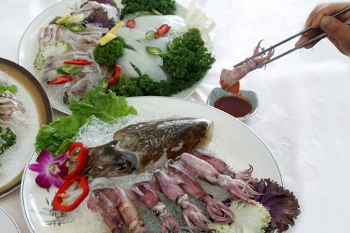식탁에 올려진 갑오징어와 꼴뚜기