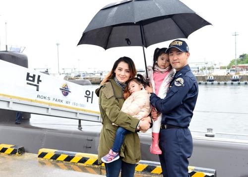 """해군 간부 남편 둔 외국인 아내의 삶…""""문화는 달라도 행복"""""""