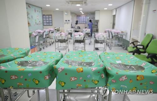 서울 시내 병원의 신생아실 [연합뉴스 자료 사진]
