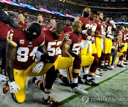 국민의례 도중 무릎꿇기 항의하는 워싱턴 레드스킨스 일부 선수들