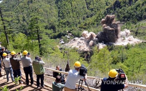 풍계리 핵실험장 폐기 취재하는 기자들[연합뉴스 자료사진]