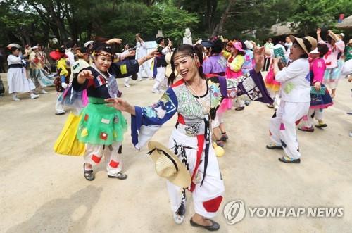 충북 유원지·축제장 나들이객으로 '북적'