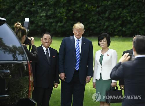 """트럼프, 6·12 싱가포르 북미정상회담 확인…""""김정은 만나겠다"""""""