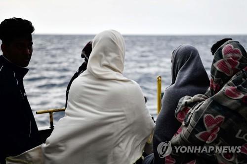 선박을 타고 지중해를 건너는 난민 [AFP=연합뉴스]