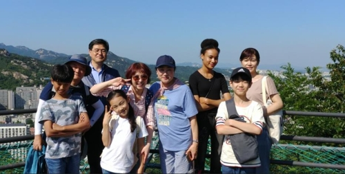 안산 둘레길 산책한 레인보우 합창단원, 학부모들