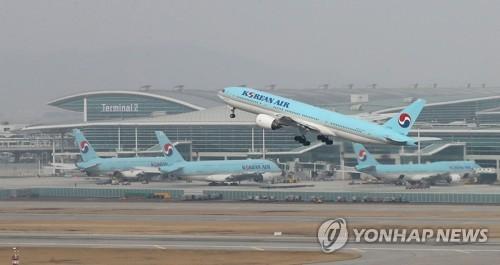 인천공항 제2여객터미널 앞 활주로에서 대한항공 여객기가 이륙하는 모습