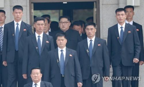 김정은 위원장 에워싼 근접 경호원들[연합뉴스 자료사진]