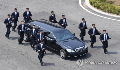 김정은 위원장 차량과 북측 경호원들[연합뉴스 자료사진]