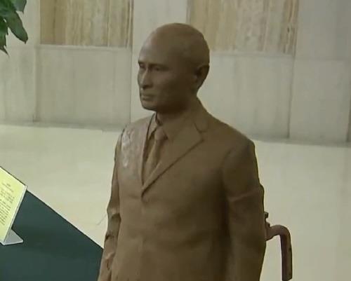시주석이 선물한 푸틴 대통령의 진흙 흉상[홍콩 성도일보 캡처]