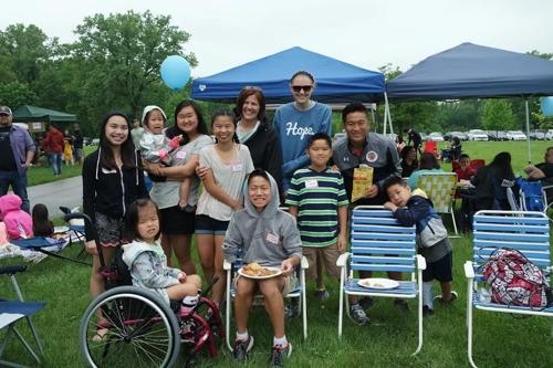 입양 자녀 10명을 데리고 시카고 한인 문화 피크닉에 참석한 조엘 고레츠키 가족