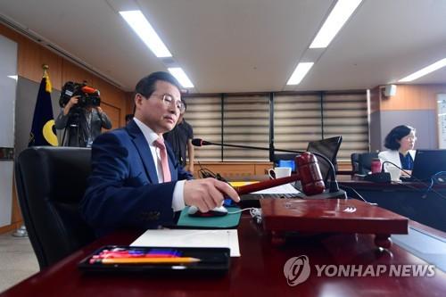 의사봉 두드리는 김용범 금융위 부위원장