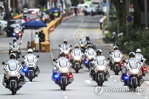 김정은 북한 국무위원장 차량 호위하는 싱가포르 경찰
