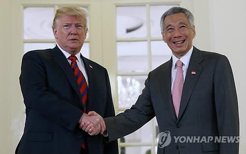 도널드 트럼프 미국 대통령과 악수하는 리셴룽 싱가포르 총리
