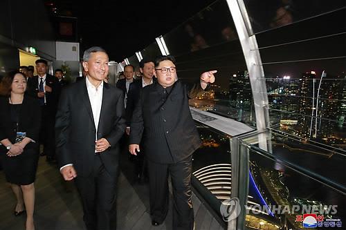 김정은(앞줄 오른쪽) 한밤 '깜짝' 외출…싱가포르 명소 연달아 방문