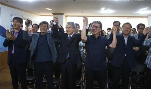 환호하는 박종훈 경남교육감(가운데)