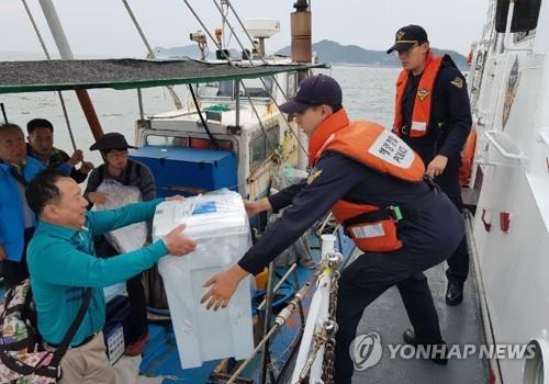 군산해경, 섬 투표함 함정으로 이송