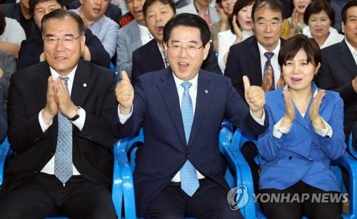 환호하는 김영록 당선인(가운데)