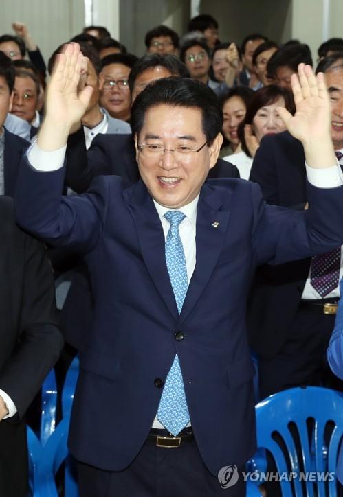 기뻐하는 김영록
