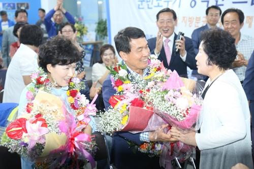승리 직후 지지자로부터 꽃다발을 받는 박성일 당선인