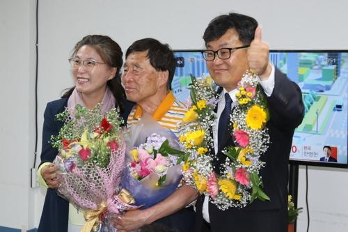 기뻐하는 장영수 장수군수 당선인(오른쪽) [장 당선인 선거사무실 제공=연합뉴스]
