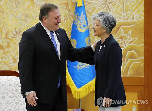 인사나누는 강경화 장관과 폼페이오 미 국무장관