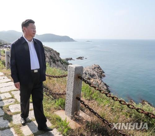 청일전쟁 당시 웨이하이 북양함대 포대 유적지를 둘러보는 시진핑 중국 국가주석