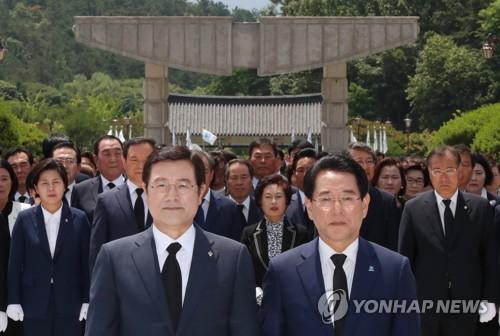 5·18 묘지 참배하는 김영록(앞줄 오른쪽) 당선인
