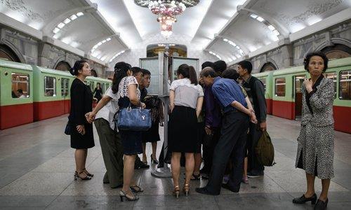 북미정상회담 기사 읽는 평양시민들 [AFP=연합뉴스 자료사진]