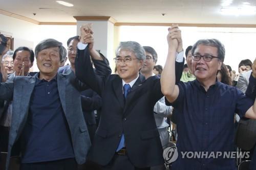박종훈 경남교육감(가운데)