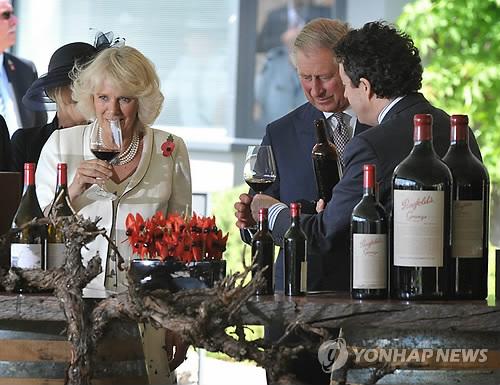 호주방문중 현지 와인 맛을 보는 영국 찰스 왕세자 부부 [EPA=연합뉴스 자료사진]