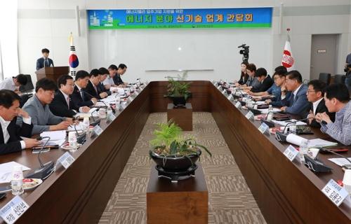 간담회 주재하는 박춘섭(왼쪽 줄 왼쪽 3번째) 조달청장 [조달청 제공=연합뉴스]