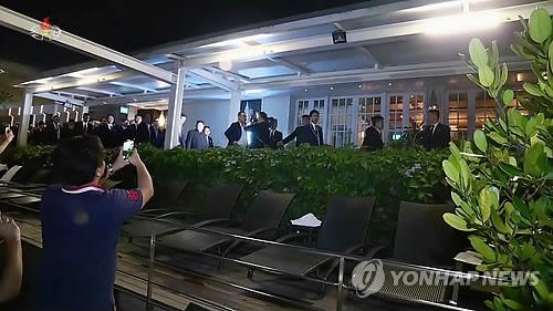 '와 김정은이다' 촬영하는 마리나베이샌즈 투숙객들