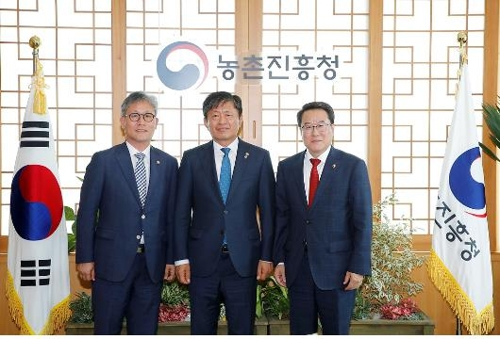 (왼쪽부터) 김재현 산림청장, 라승용 농촌진흥청장, 남재철 기상청장