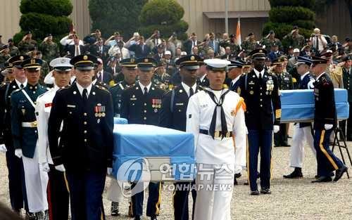 2004.5.27 미군 용산기지에서 열린 북한내 발굴 미군 유해 송환식.