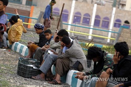 예멘 수도 사나에서 식량배급을 기다리는 예멘 어린이들[EPA=연합뉴스자료사진]