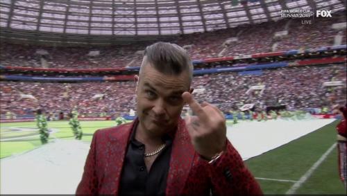 [월드컵] 개막식 공연한 로비 윌리엄스 '가운뎃손가락 욕설' 논란