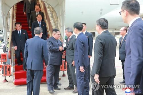 싱가포르 외교장관과 악수하는 북한 김정은 위원장
