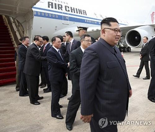 싱가포르 공항에 도착한 김정은 북한 국무위원장 [AP=연합뉴스]