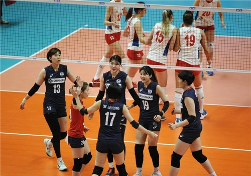 세르비아와 경기하는 여자 배구대표팀 [국제배구연맹 홈페이지 캡처]