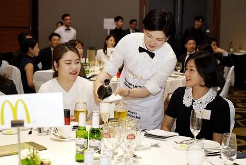 직원에게 와인과 식사를 서빙하는 맥도날드 조주연 사장(가운데)