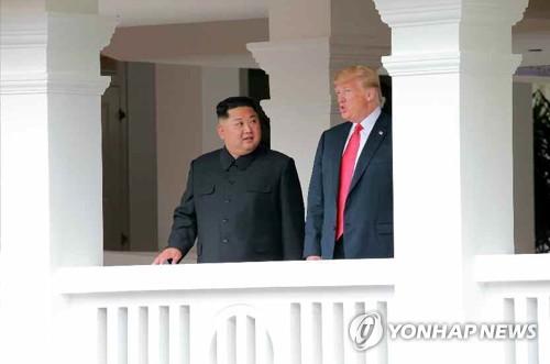 지난 12일 북미정상회담장인 카펠라 호텔에서 담소하는 김정은(왼쪽)과 트럼프.