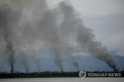 불타는 로힝야족 마을[epa=연합뉴스 자료사진]