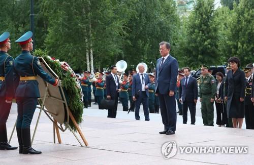 문대통령 부부, 러시아 모스크바 '무명용사의 묘' 헌화